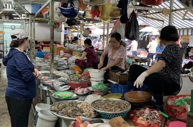Thị trường rau xanh tại TP Hồ Chí Minh tăng giá vì ảnh hưởng mưa bão - Ảnh 2.