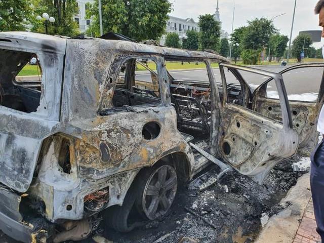 Xế sang Mercedes GL450 bất ngờ bốc cháy trơ khung trong khu đô thị ở Hà Nội - Ảnh 1.