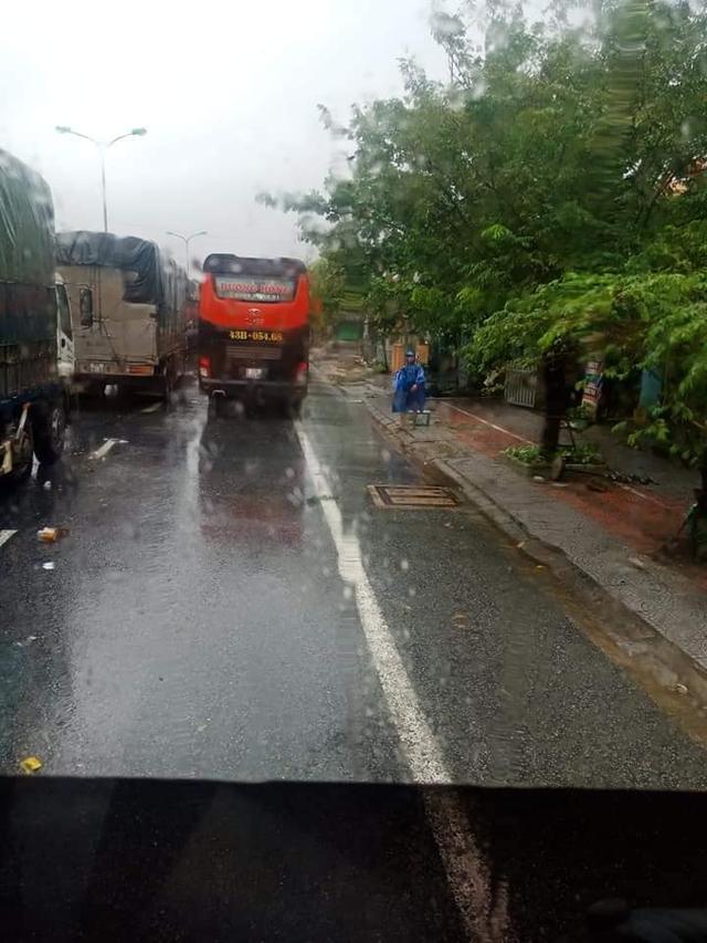Ấm lòng cảnh người dân Huế dù đang cùng chịu ảnh hưởng bão số 9 vẫn gõ cửa từng chiếc xe xếp hàng trú bão để phát cơm ăn, nước uống miễn phí - Ảnh 1.