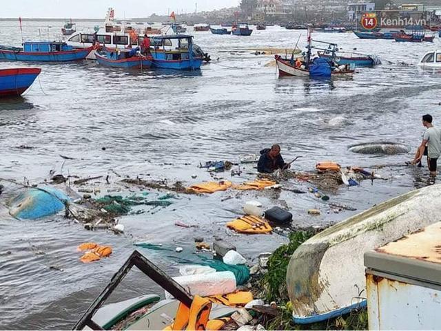 Những hình ảnh đầu tiên tại đảo Lý Sơn khi bão số 9 đi qua: Mọi thứ đều tan hoang, người dân thất thần bên đống đổ nát - Ảnh 11.