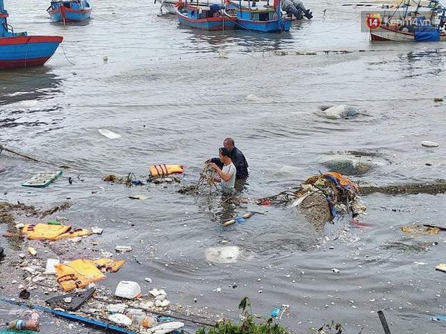 Những hình ảnh đầu tiên tại đảo Lý Sơn khi bão số 9 đi qua: Mọi thứ đều tan hoang, người dân thất thần bên đống đổ nát - Ảnh 12.