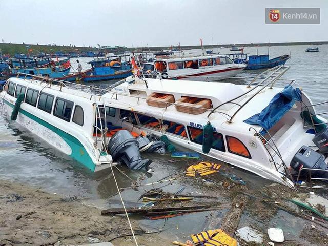 Những hình ảnh đầu tiên tại đảo Lý Sơn khi bão số 9 đi qua: Mọi thứ đều tan hoang, người dân thất thần bên đống đổ nát - Ảnh 13.