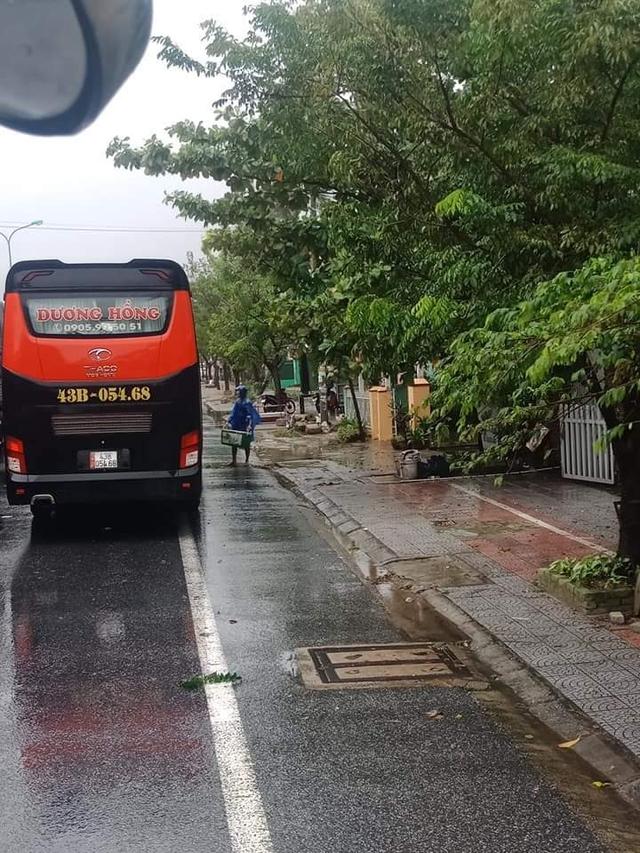 Ấm lòng cảnh người dân Huế dù đang cùng chịu ảnh hưởng bão số 9 vẫn gõ cửa từng chiếc xe xếp hàng trú bão để phát cơm ăn, nước uống miễn phí - Ảnh 3.