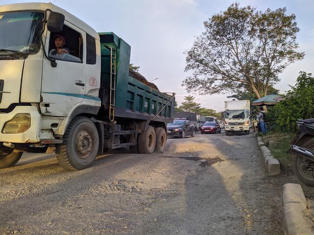 Ổ gà, ổ voi chằng chịt trên đại lộ 100 triệu USD, con đường đẹp nhất phía nam Sài Gòn - Ảnh 4.
