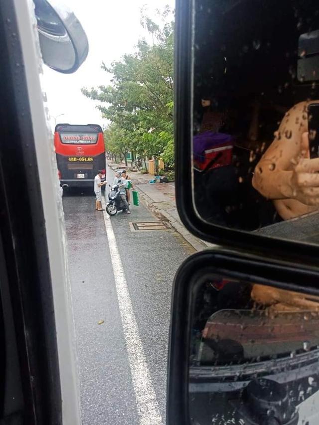 Ấm lòng cảnh người dân Huế dù đang cùng chịu ảnh hưởng bão số 9 vẫn gõ cửa từng chiếc xe xếp hàng trú bão để phát cơm ăn, nước uống miễn phí - Ảnh 4.