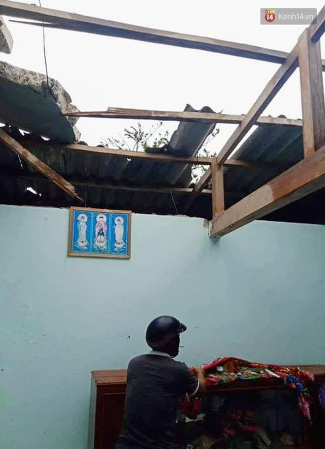 Những hình ảnh đầu tiên tại đảo Lý Sơn khi bão số 9 đi qua: Mọi thứ đều tan hoang, người dân thất thần bên đống đổ nát - Ảnh 6.