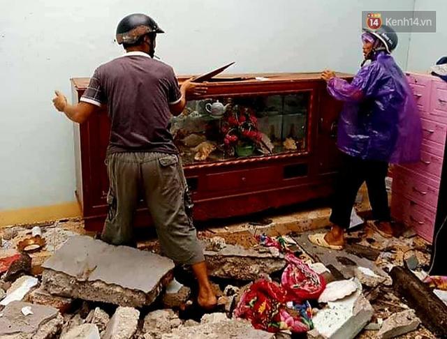 Những hình ảnh đầu tiên tại đảo Lý Sơn khi bão số 9 đi qua: Mọi thứ đều tan hoang, người dân thất thần bên đống đổ nát - Ảnh 7.