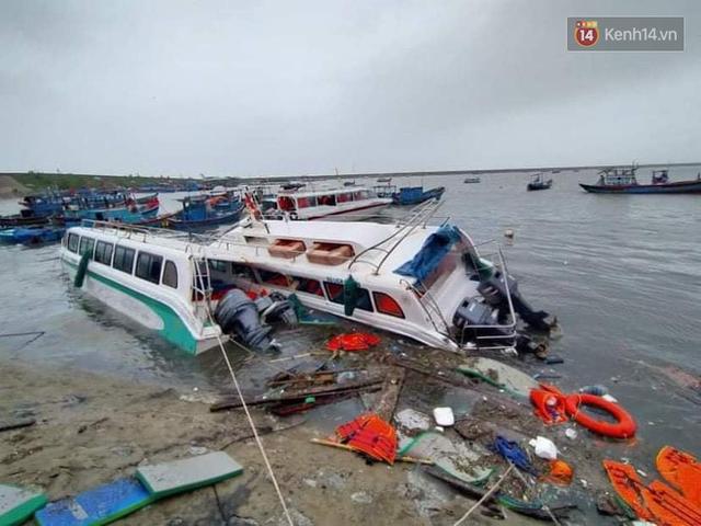 Những hình ảnh đầu tiên tại đảo Lý Sơn khi bão số 9 đi qua: Mọi thứ đều tan hoang, người dân thất thần bên đống đổ nát - Ảnh 8.
