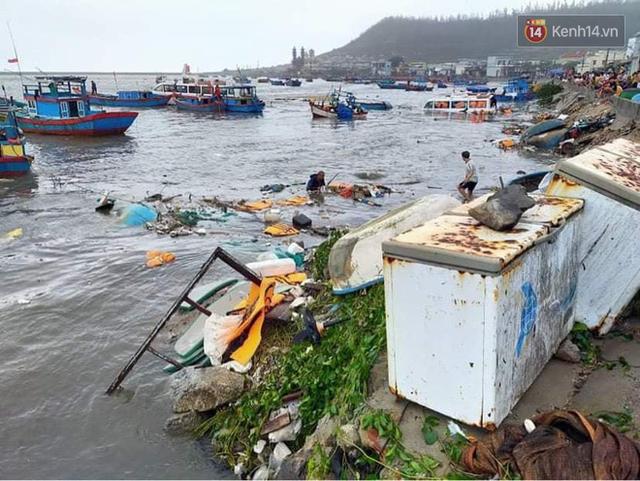 Những hình ảnh đầu tiên tại đảo Lý Sơn khi bão số 9 đi qua: Mọi thứ đều tan hoang, người dân thất thần bên đống đổ nát - Ảnh 9.