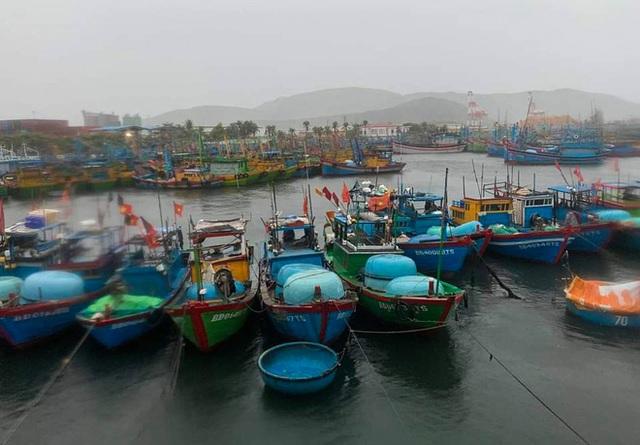 Đường phố Quảng Ngãi xơ xác, nhà dân tốc mái trước khi bão số 9 đổ bộ - Ảnh 10.