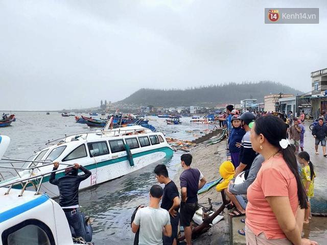 Những hình ảnh đầu tiên tại đảo Lý Sơn khi bão số 9 đi qua: Mọi thứ đều tan hoang, người dân thất thần bên đống đổ nát - Ảnh 10.