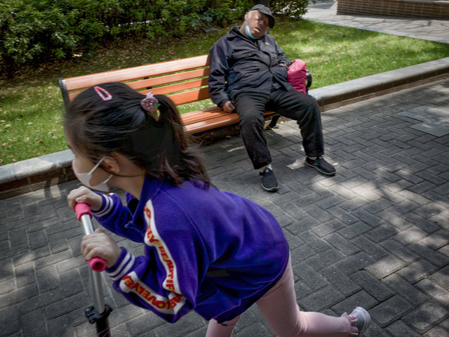 Nỗi khổ tâm của thế hệ lão phiêu tại Trung Quốc: Lặn lội từ quê lên thành phố để trông cháu thay con cái, cô đơn nơi đất khách thay vì tận hưởng tuổi già an nhàn - Ảnh 2.
