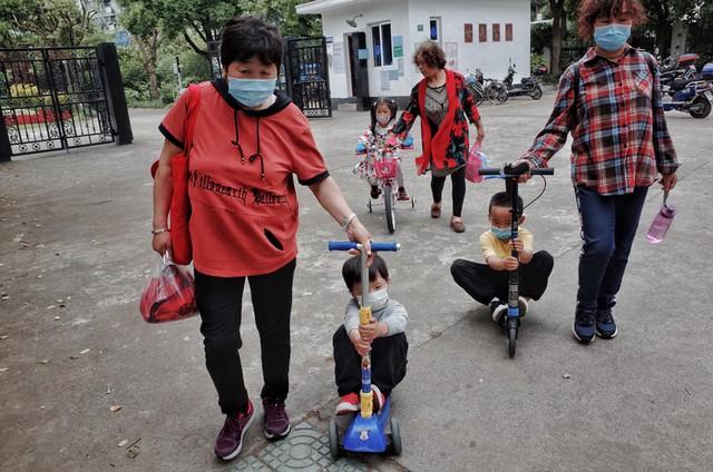 Nỗi khổ tâm của thế hệ lão phiêu tại Trung Quốc: Lặn lội từ quê lên thành phố để trông cháu thay con cái, cô đơn nơi đất khách thay vì tận hưởng tuổi già an nhàn - Ảnh 3.