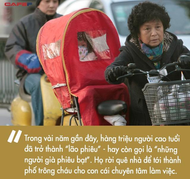 Nỗi khổ tâm của thế hệ lão phiêu tại Trung Quốc: Lặn lội từ quê lên thành phố để trông cháu thay con cái, cô đơn nơi đất khách thay vì tận hưởng tuổi già an nhàn - Ảnh 1.
