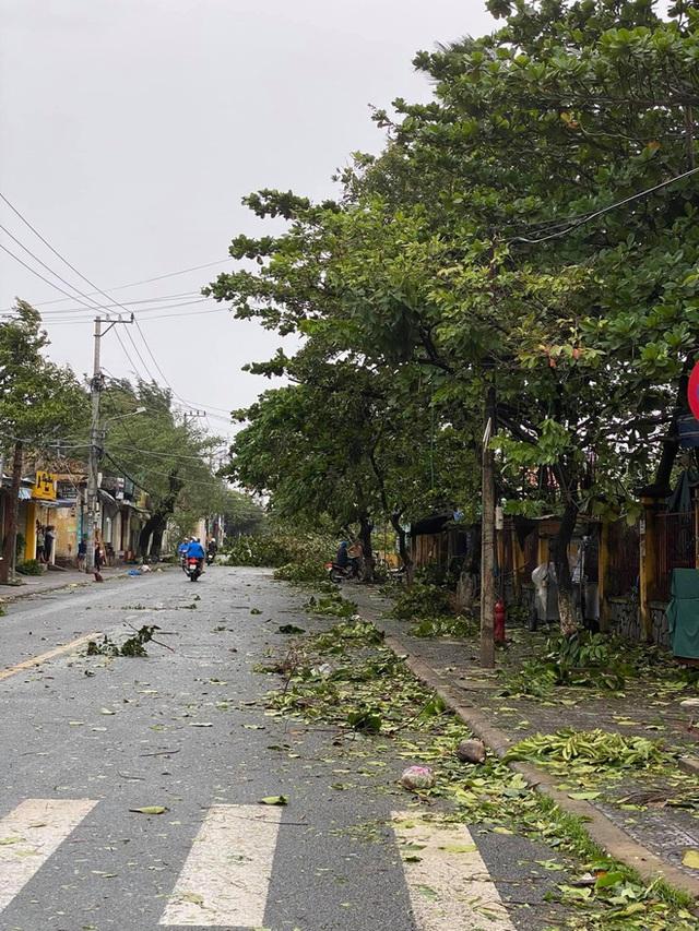 Khung cảnh Hội An xơ xác sau cơn bão số 9, một biểu tượng du lịch bị vùi dập khiến du khách quặn lòng - Ảnh 2.
