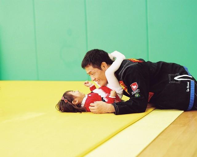 Bố Nhật cùng con gái bị bệnh tim bẩm sinh chiến đấu suốt 10 năm: Bố chẳng cần gì, chỉ cần con sống và 10.000 bức ảnh động lòng người - Ảnh 1.
