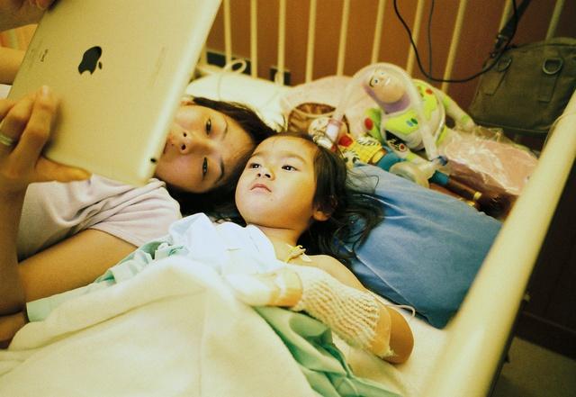 Bố Nhật cùng con gái bị bệnh tim bẩm sinh chiến đấu suốt 10 năm: Bố chẳng cần gì, chỉ cần con sống và 10.000 bức ảnh động lòng người - Ảnh 11.