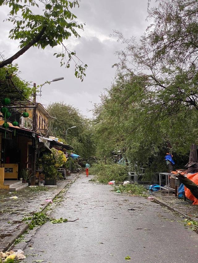 Khung cảnh Hội An xơ xác sau cơn bão số 9, một biểu tượng du lịch bị vùi dập khiến du khách quặn lòng - Ảnh 4.