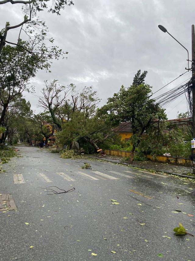 Khung cảnh Hội An xơ xác sau cơn bão số 9, một biểu tượng du lịch bị vùi dập khiến du khách quặn lòng - Ảnh 9.