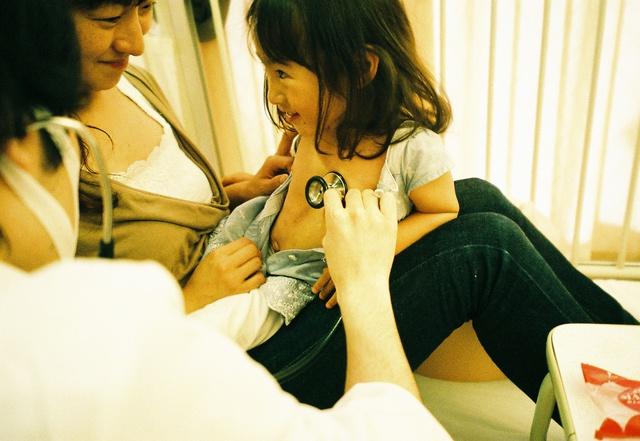Bố Nhật cùng con gái bị bệnh tim bẩm sinh chiến đấu suốt 10 năm: Bố chẳng cần gì, chỉ cần con sống và 10.000 bức ảnh động lòng người - Ảnh 9.