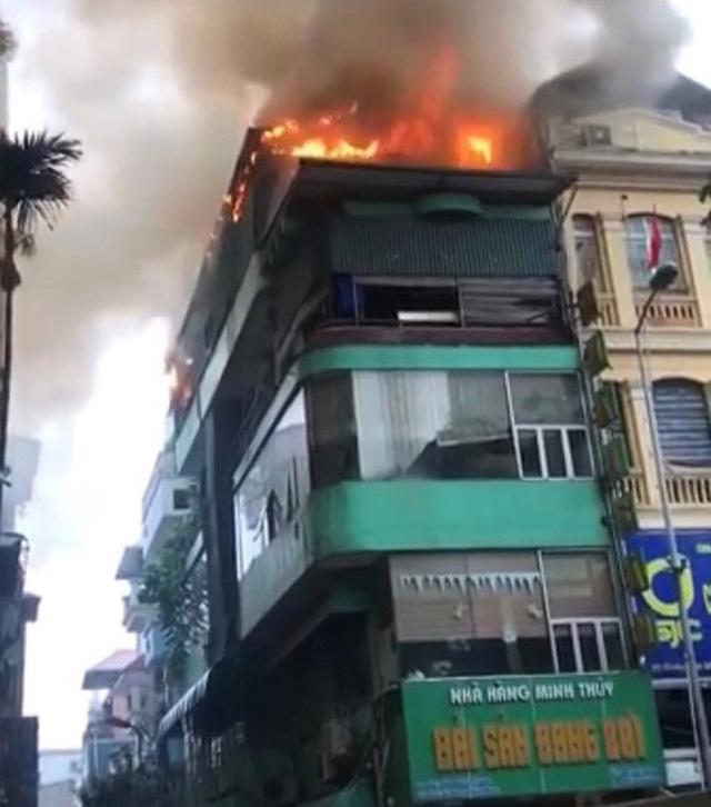 Hà Nội: Nhà hàng hải sản bốc cháy dữ dội dưới cơn mưa - Ảnh 1.