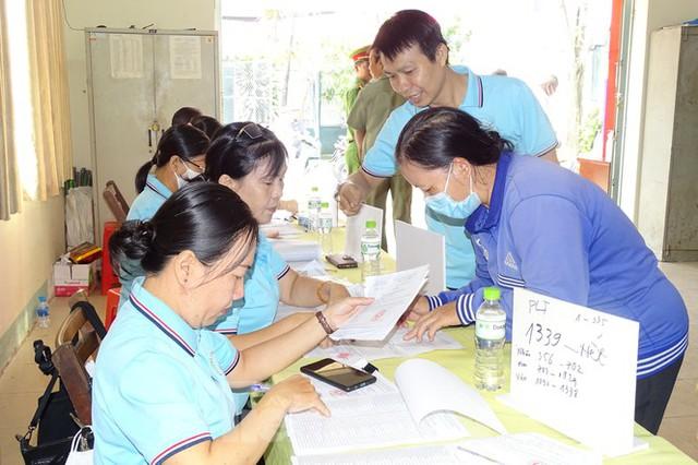 Người dân TPHCM đi bỏ phiếu về việc thành lập TP Thủ Đức - Ảnh 1.