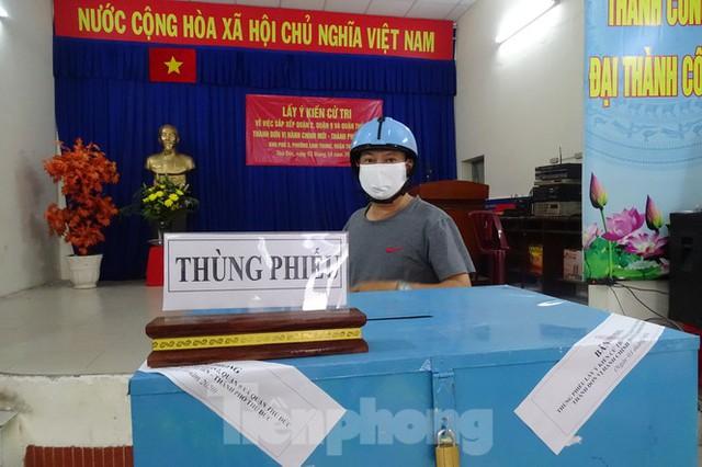 Người dân TPHCM đi bỏ phiếu về việc thành lập TP Thủ Đức - Ảnh 5.