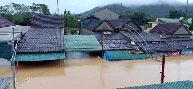 Mưa lớn, thủy điện đồng loạt xả lũ, hàng ngàn nhà dân ở Nghệ An bị ngập sâu  - Ảnh 1.