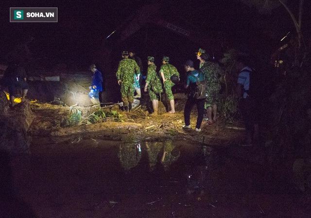 Bộ đội xuyên đêm băng rừng, vượt bùn lầy ngập nửa người để tiếp tế lương thực cho Trà Leng - Ảnh 1.