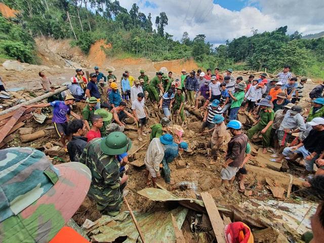 3 đứa con bị đất đá vùi hết- Đôi mắt vô hồn của người mẹ, anh bộ đội thành giá đỡ truyền nước cho nạn nhân ở Trà Leng - Ảnh 1.