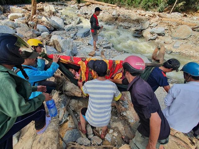 3 đứa con bị đất đá vùi hết- Đôi mắt vô hồn của người mẹ, anh bộ đội thành giá đỡ truyền nước cho nạn nhân ở Trà Leng - Ảnh 2.