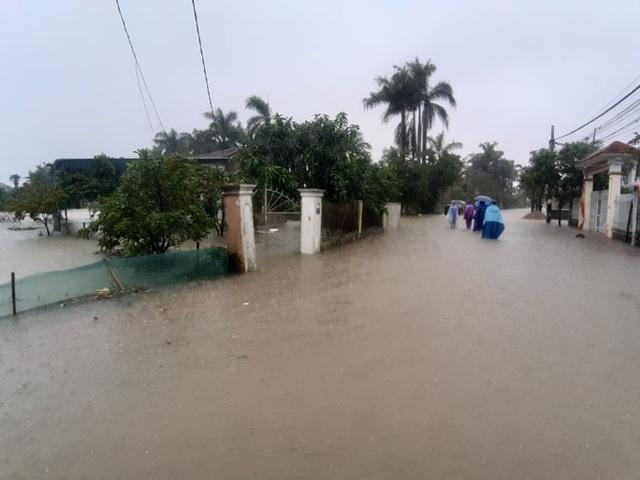 Mưa lớn, thủy điện đồng loạt xả lũ, hàng ngàn nhà dân ở Nghệ An bị ngập sâu  - Ảnh 12.