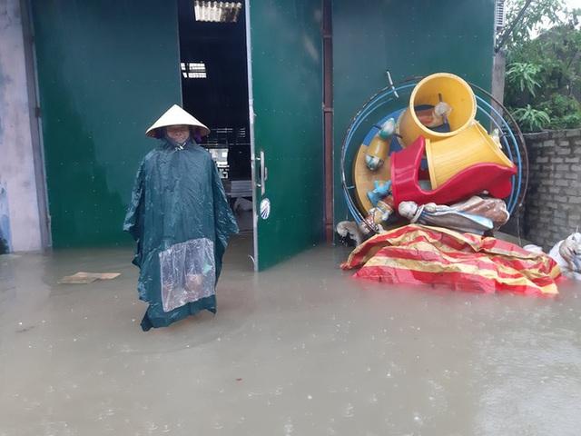 Mưa lớn, thủy điện đồng loạt xả lũ, hàng ngàn nhà dân ở Nghệ An bị ngập sâu  - Ảnh 14.