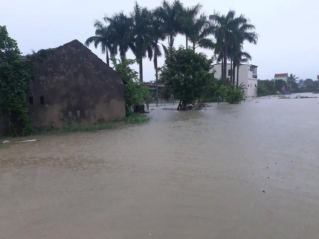 Mưa lớn, thủy điện đồng loạt xả lũ, hàng ngàn nhà dân ở Nghệ An bị ngập sâu  - Ảnh 15.