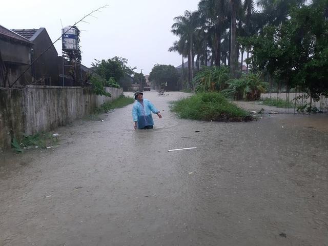 Mưa lớn, thủy điện đồng loạt xả lũ, hàng ngàn nhà dân ở Nghệ An bị ngập sâu  - Ảnh 16.