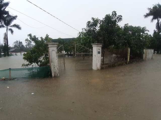 Mưa lớn, thủy điện đồng loạt xả lũ, hàng ngàn nhà dân ở Nghệ An bị ngập sâu  - Ảnh 18.