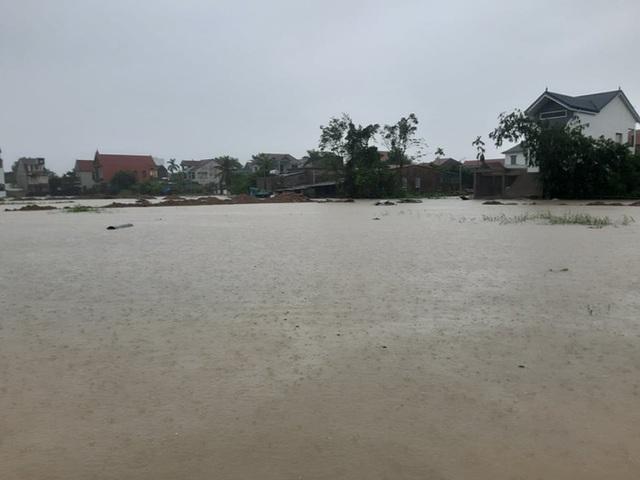Mưa lớn, thủy điện đồng loạt xả lũ, hàng ngàn nhà dân ở Nghệ An bị ngập sâu  - Ảnh 20.