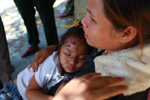 3 đứa con bị đất đá vùi hết- Đôi mắt vô hồn của người mẹ, anh bộ đội thành giá đỡ truyền nước cho nạn nhân ở Trà Leng - Ảnh 4.