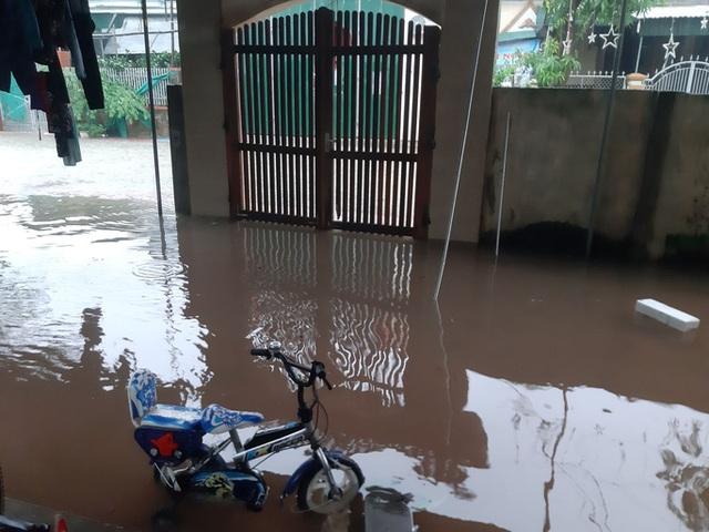Mưa lớn, thủy điện đồng loạt xả lũ, hàng ngàn nhà dân ở Nghệ An bị ngập sâu  - Ảnh 6.