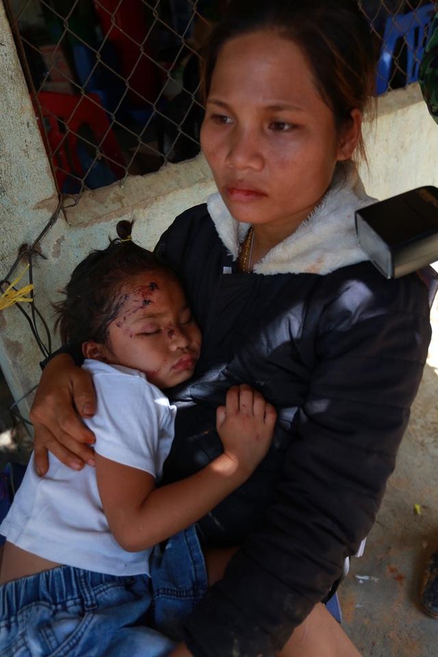 3 đứa con bị đất đá vùi hết- Đôi mắt vô hồn của người mẹ, anh bộ đội thành giá đỡ truyền nước cho nạn nhân ở Trà Leng - Ảnh 5.