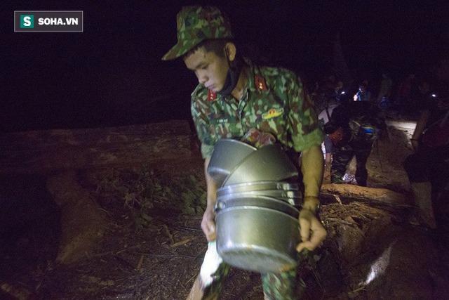 Bộ đội xuyên đêm băng rừng, vượt bùn lầy ngập nửa người để tiếp tế lương thực cho Trà Leng - Ảnh 6.