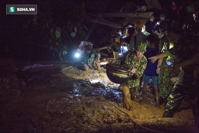 Bộ đội xuyên đêm băng rừng, vượt bùn lầy ngập nửa người để tiếp tế lương thực cho Trà Leng - Ảnh 7.