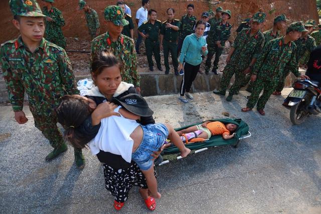 3 đứa con bị đất đá vùi hết- Đôi mắt vô hồn của người mẹ, anh bộ đội thành giá đỡ truyền nước cho nạn nhân ở Trà Leng - Ảnh 7.