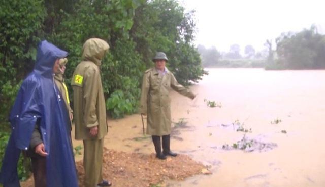 Mưa lớn, thủy điện đồng loạt xả lũ, hàng ngàn nhà dân ở Nghệ An bị ngập sâu  - Ảnh 9.