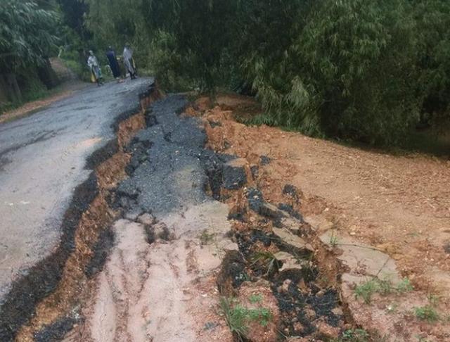 Mưa lớn, thủy điện đồng loạt xả lũ, hàng ngàn nhà dân ở Nghệ An bị ngập sâu  - Ảnh 10.