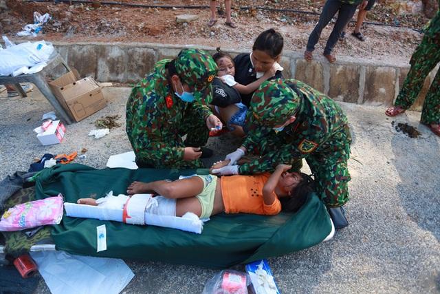3 đứa con bị đất đá vùi hết- Đôi mắt vô hồn của người mẹ, anh bộ đội thành giá đỡ truyền nước cho nạn nhân ở Trà Leng - Ảnh 9.