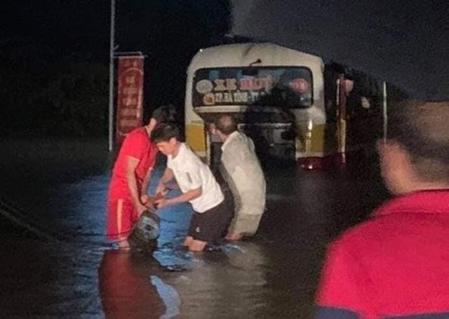 Mưa lớn, thủy điện đồng loạt xả lũ, hàng ngàn nhà dân ở Nghệ An bị ngập sâu  - Ảnh 11.