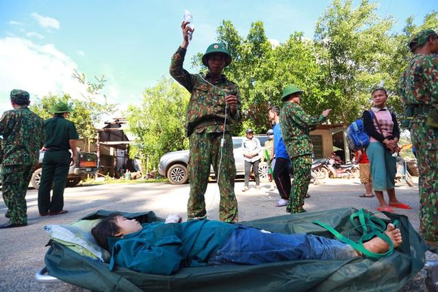 3 đứa con bị đất đá vùi hết- Đôi mắt vô hồn của người mẹ, anh bộ đội thành giá đỡ truyền nước cho nạn nhân ở Trà Leng - Ảnh 10.