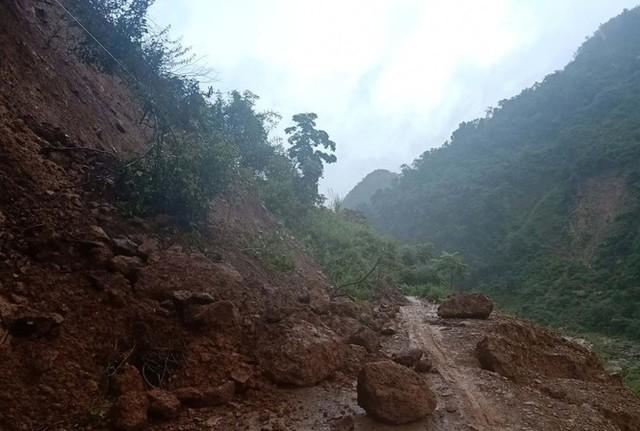 Đồi núi lở, đất đá tràn xuống 'uy hiếp' hàng trăm hộ dân miền núi Nghệ An - Ảnh 2.