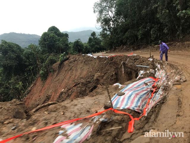 Đoàn cứu trợ đầu tiên băng sạt lở tiếp cận bà con Vân Kiều ở Quảng Nam: Ấm tình người nơi biên ải - Ảnh 1.